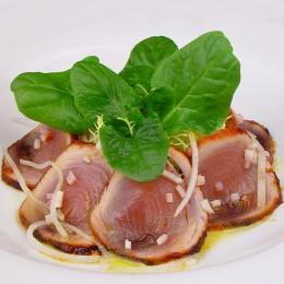 Atún marinado con ensalada de espinacas y escarola