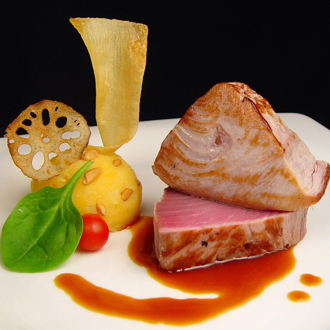 Lomo de Atún con salsa de marisco y tubérculos