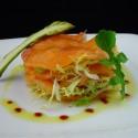 Salmón marinado con aceite de soja servido en milhojas con escarola
