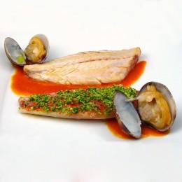 Salmonetes y almejas con piperrada roja y panada verde