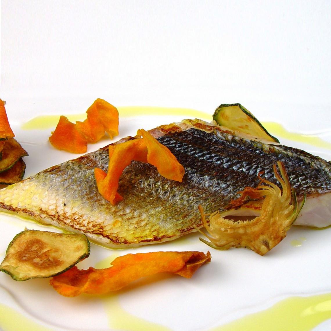 Lubina con chips de boniato, calabacín y alcachofas