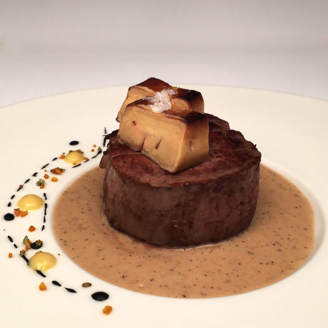Solomillo con escalopa de foie y salsa de café