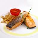 Salmón a la plancha con cebolla frita y tomate