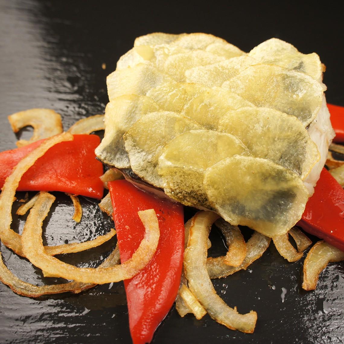 Sargo con láminas de crujientes de patatas, piquillos y cebolla salteada