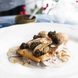 Lubina con salsa cremosa de boletus, almendras y Caviar del Tíbet