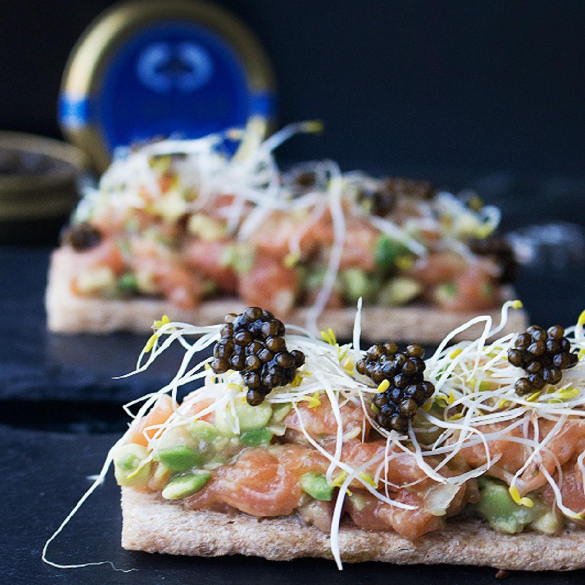 Tartar de salmón con brotes y Caviar del Tíbet