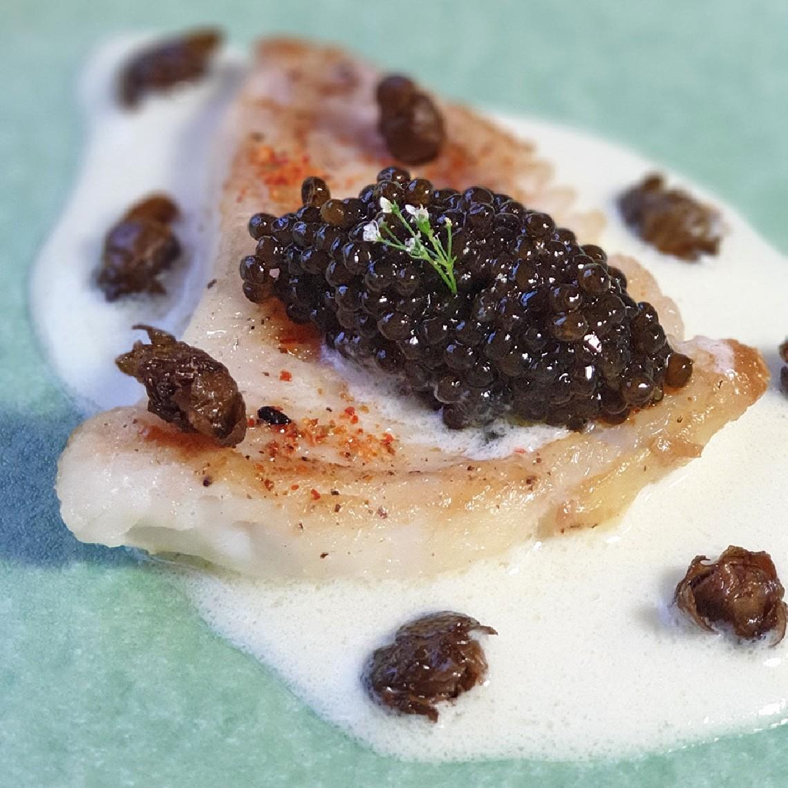 Raya a la mantequilla, alcaparra y Caviar