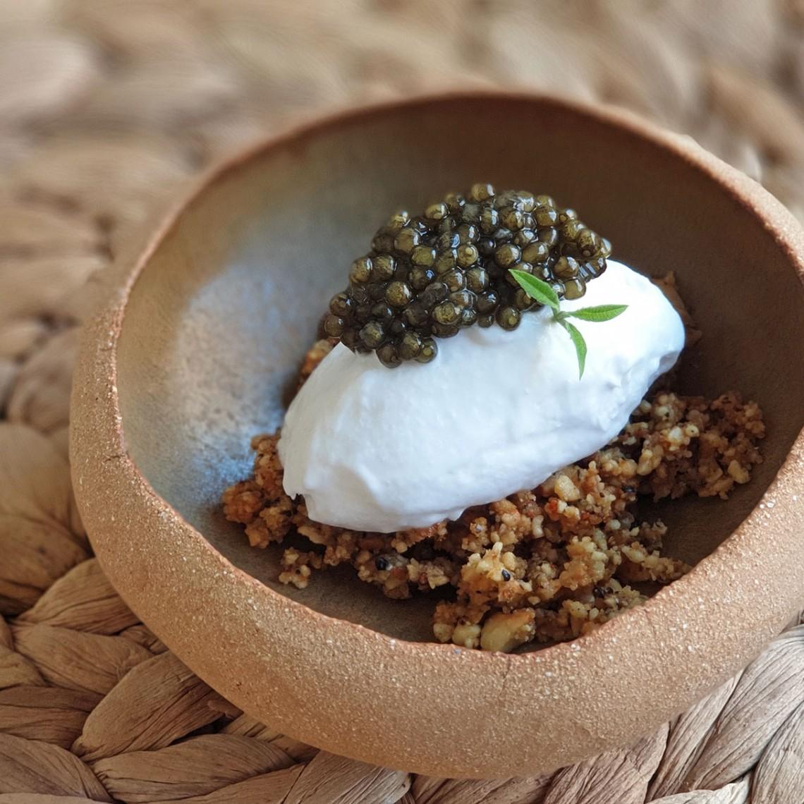 Helado de coco, tierra picante de cacahuete y Caviar del Tíbet