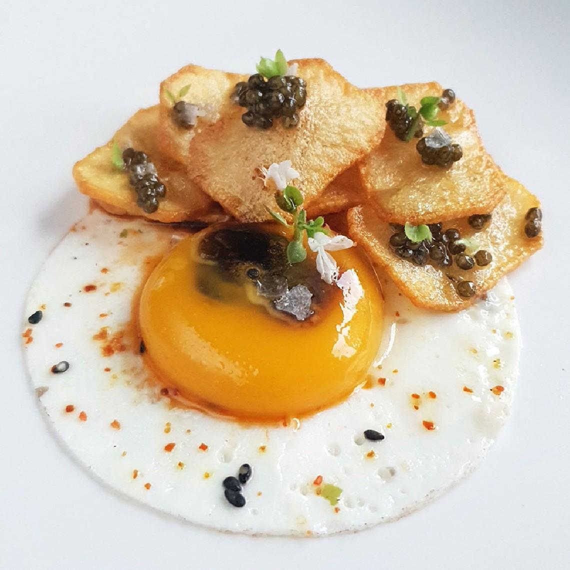 Yema inyectada en jugo de gamba, patatas crujientes y Caviar del Tíbet
