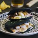 Arepas negras rellenas de calamar con alioli